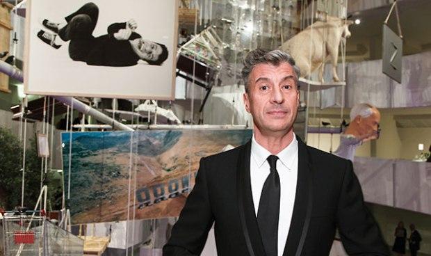 Maurizio Cattelan durante la retrospectiva que se hizo en el Guggenheim de Nueva York en 2011